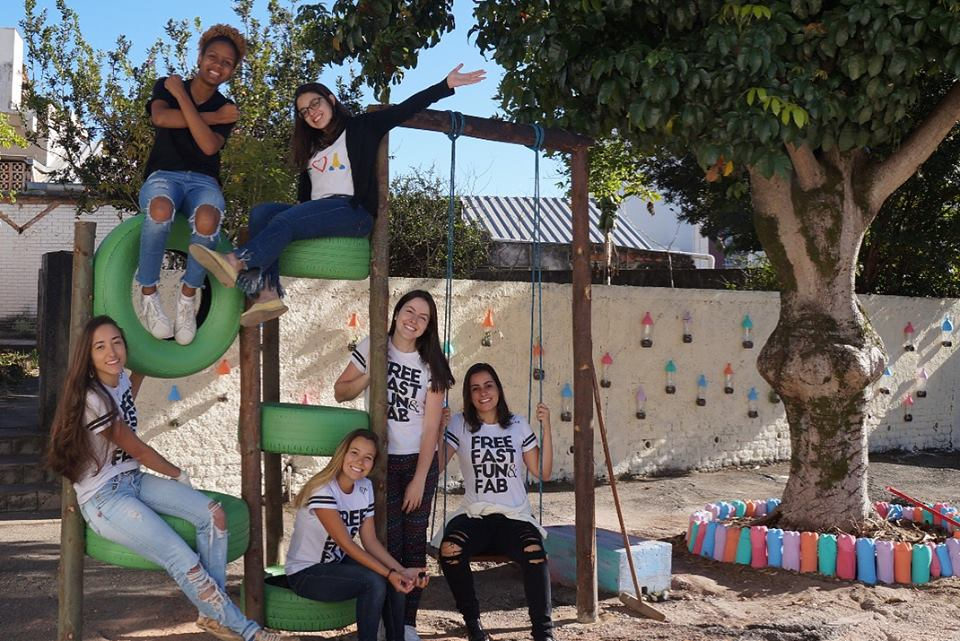 """Jovens que participaram da reforma de uma quadra em Juiz de Fora, Minas Gerais, exibem camisetas com os princípios do Jornada X: """"Free, Fast, Fun and Fabulous""""(Foto: Arquivo pessoal)"""