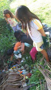 Criancas da Aldeia do Mutum catando lixo. Foto de Divulgacao