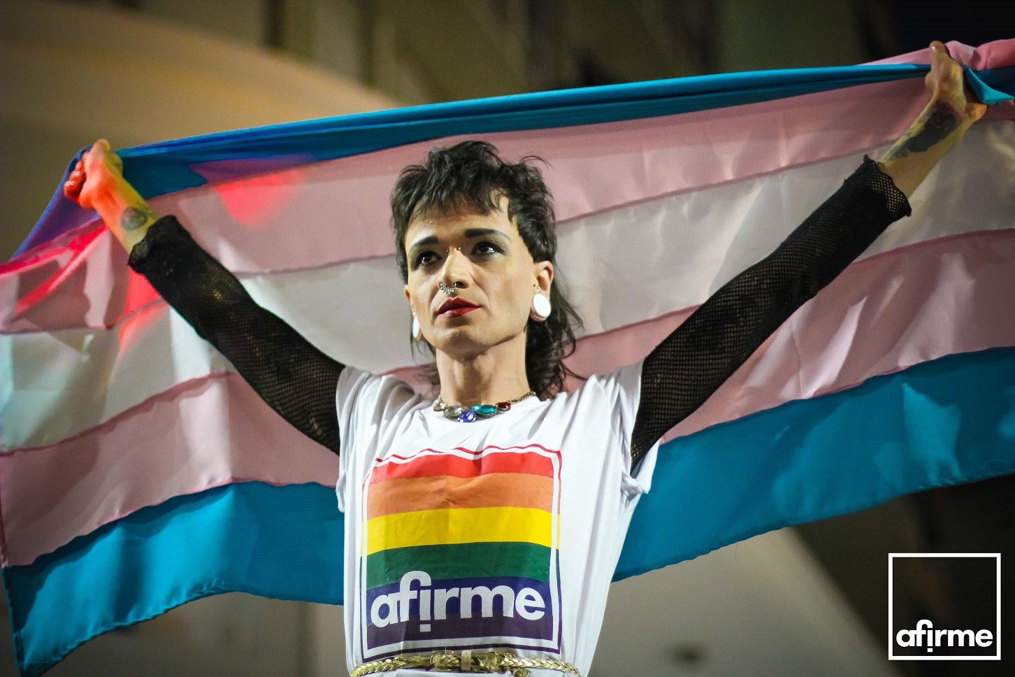 A Afirme produz bandeiras e outros produtos (camisetas, casacos) voltados para a promoção do orgulho LGBT. Foto Divulgação