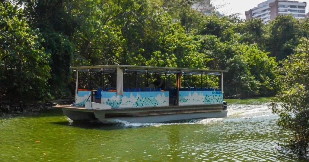 Barca na Lagoa de Marapendi, na Barra da Tijuca: transporte precário. Foto Divulgação
