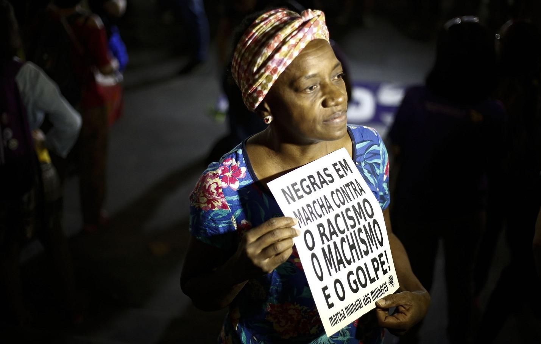 Mulher protesta em São Paulo contra o racismo e o preconceito. Foto Miguel Schincariol