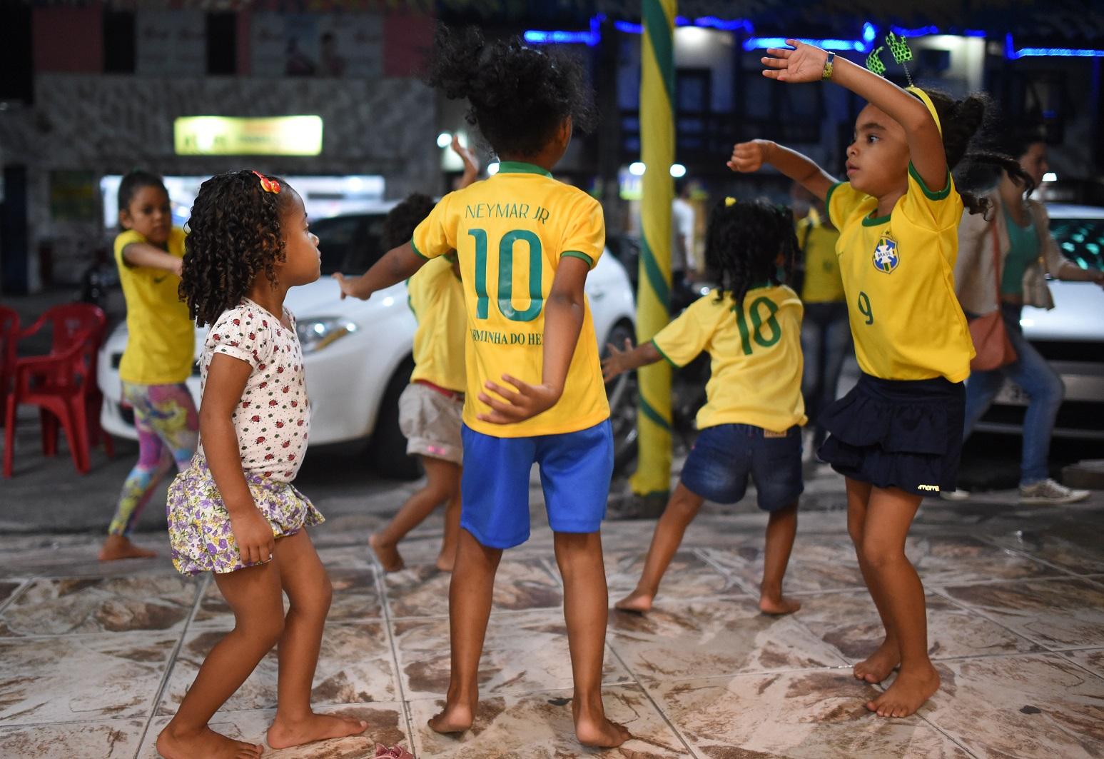 A festa das crianças durante a Copa do Mundo de 2014, em Porto Seguro, na Bahia. Foto Andreas Gebert/DPA