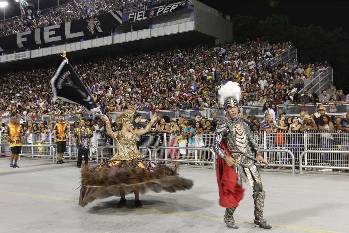 Wagner Lima e Adriana Mondjian, mestre-sala e porta-bandeira da Gaviões da Fiel. Foto de Marcelo Messina (Liga SP)