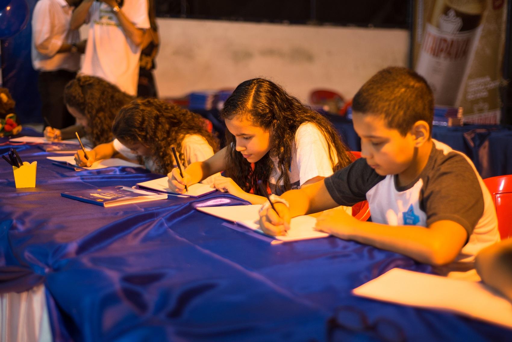 Crianças autografam os livros que produziram (Foto: Divulgação / Estante Mágica)