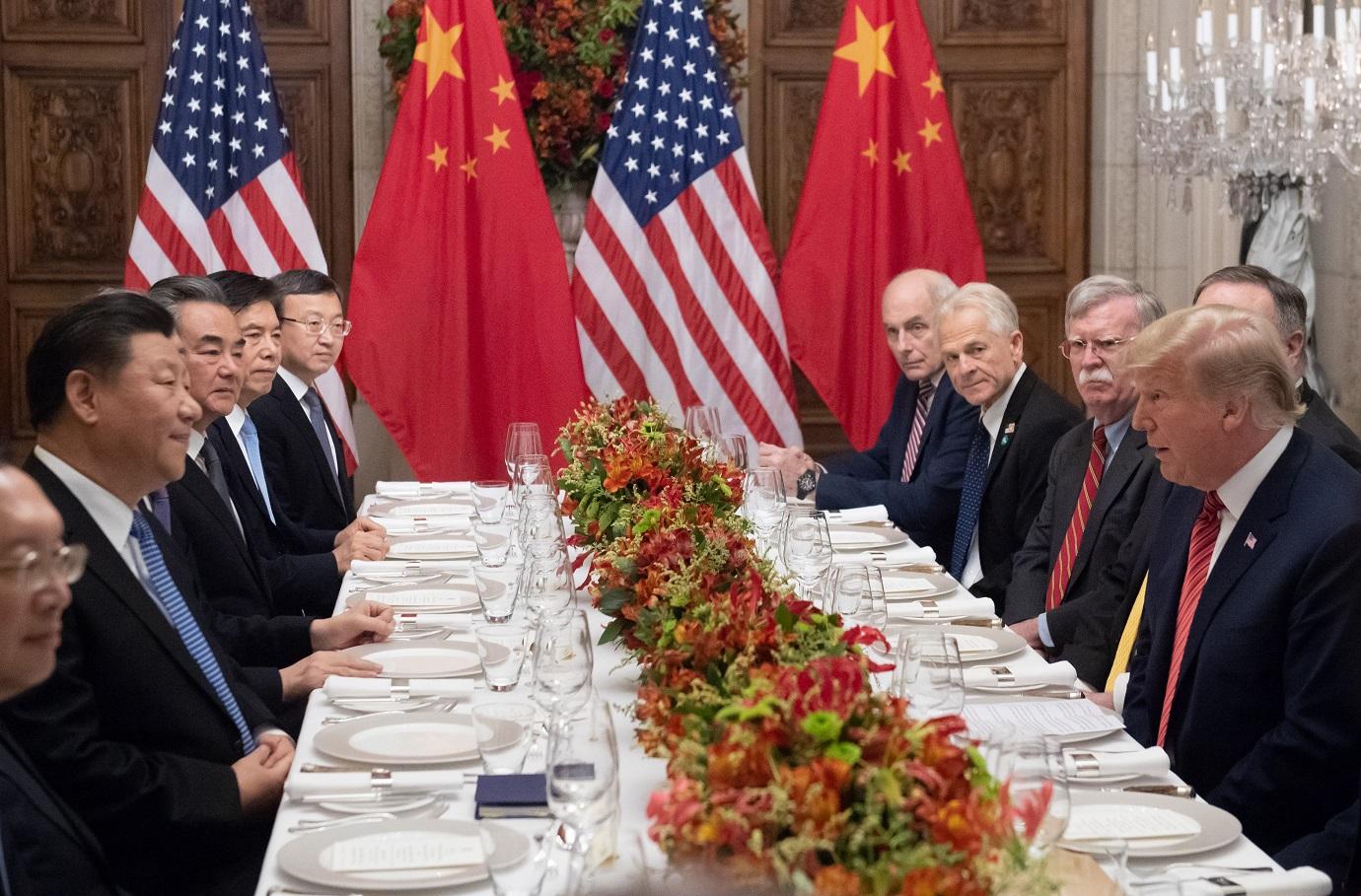Os presidentes Donald Trump e Xi Jinping, com suas respectivas equipes, reunidos em um jantar fechado durante o encontro do G20. Foto Saul Loeb/AFP