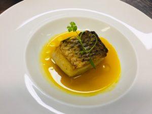 Peixe com o molho de tomate amarelo produzido em Seropédica e servido no Olympe (Foto: Divulgação)