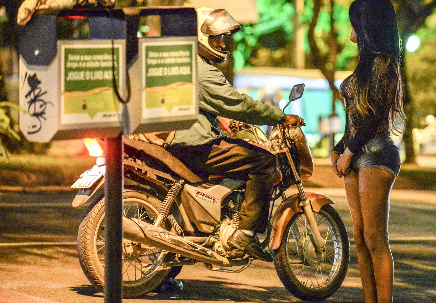 Prostituta conversa com cliente em Belo Horizonte (Foto: VANDERLEI ALMEIDA / AFP)