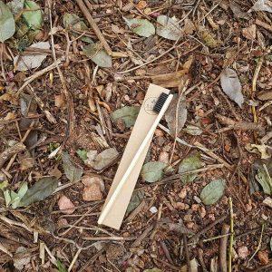 Escova de bambu Flat à venda no e-commerce B.live, R$ 18,90 (Foto: Divulgação)