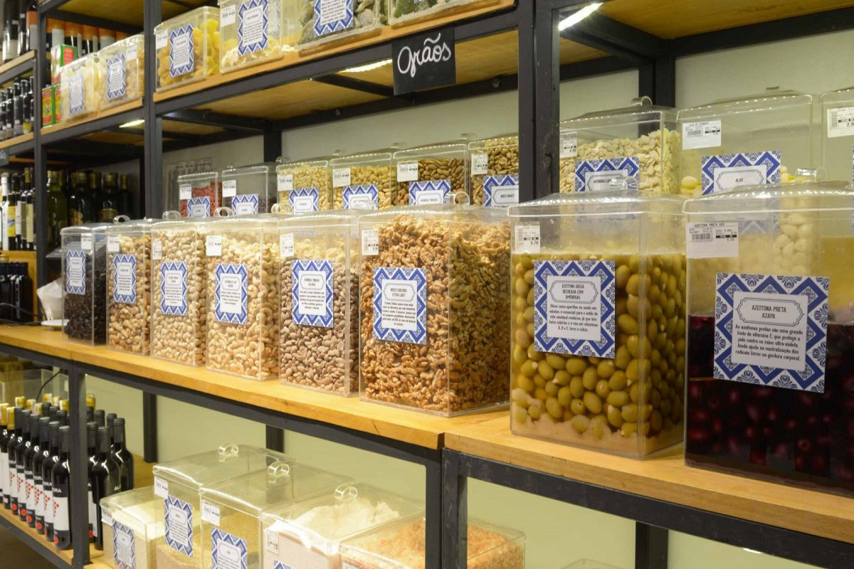 Embutidos, queijos, molhos, antepastos, azeites, grãos, frutas desidratadas, temperos, entre outros, podem ser comprados a granel na Mercearia da Praça (Foto: Divulgação)