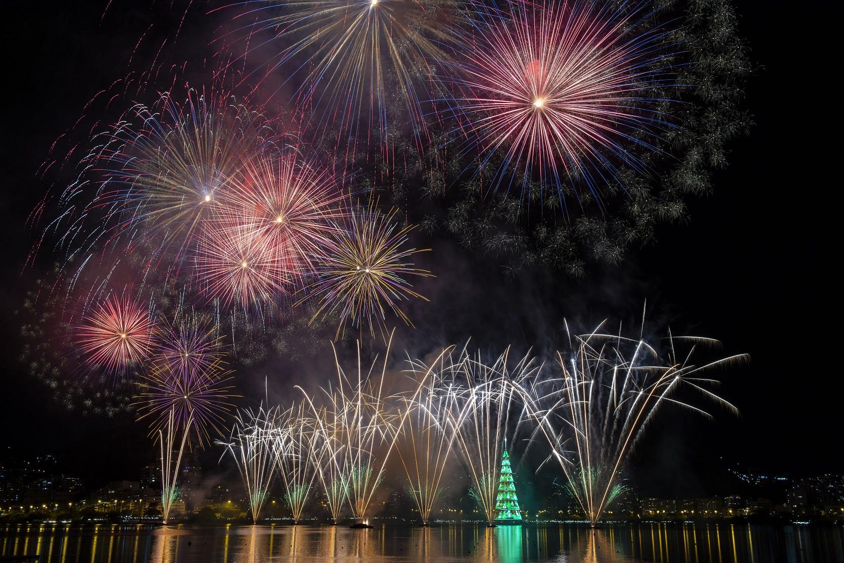 Fogos de artificio na inauguração da nova Árvore da Lagoa, agora patrocinada pela Petrobras. Foto Mauro Pimentel/AFP