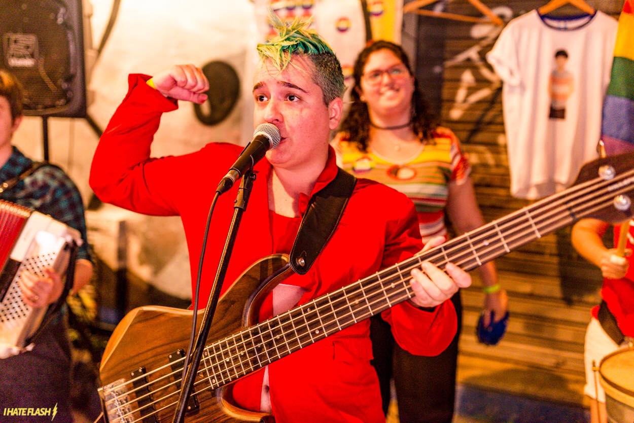 Sempre que pode, a musicista Renata Salles também foca o seu consumo em marcas ou grupos que promovem a igualdade social integral (Foto: Arquivo pessoal)