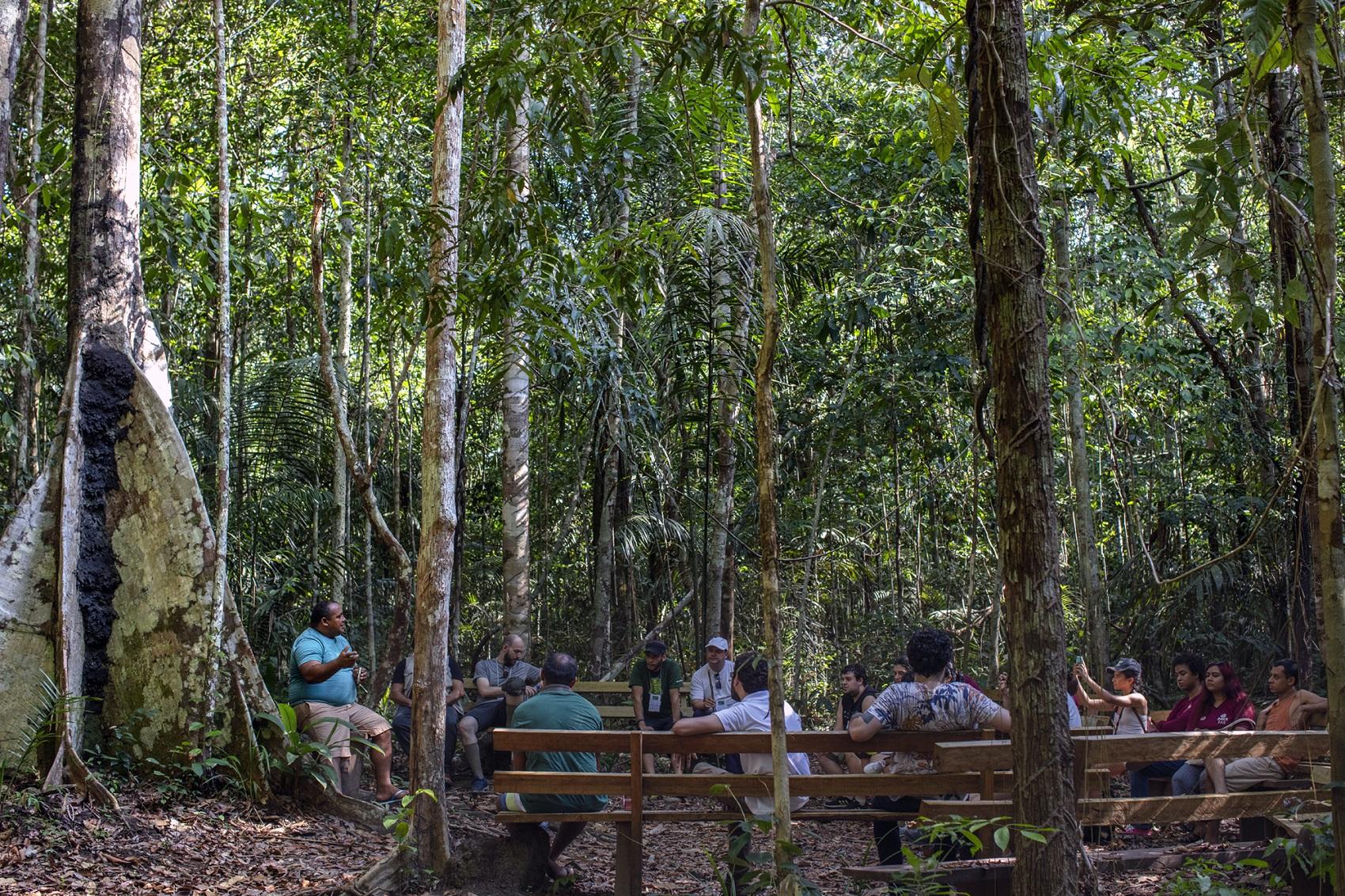 oberto Brito, ex -madeireiro que agora trabalha com turismo comunitário, fala para jornalistas participantes do 13º Enecob sobre a Comunidade Tumbira, na RDS do Rio Negro (Foto: Marizilda Cruppe)