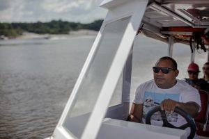 Roberto Brito, ex-madeireiro que trabalha com turismo de base comunitária, leva os participantes do 13º Enecob até a comunidade Três Unidos, no rio Cuieiras. (Foto: Marizilda Cruppe)