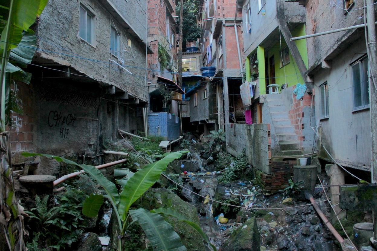 A falta de espaço entre as casas da Rocinha foi um dos temas parcialmente enfrentados nas obras do PAC. Foto Michel Silva