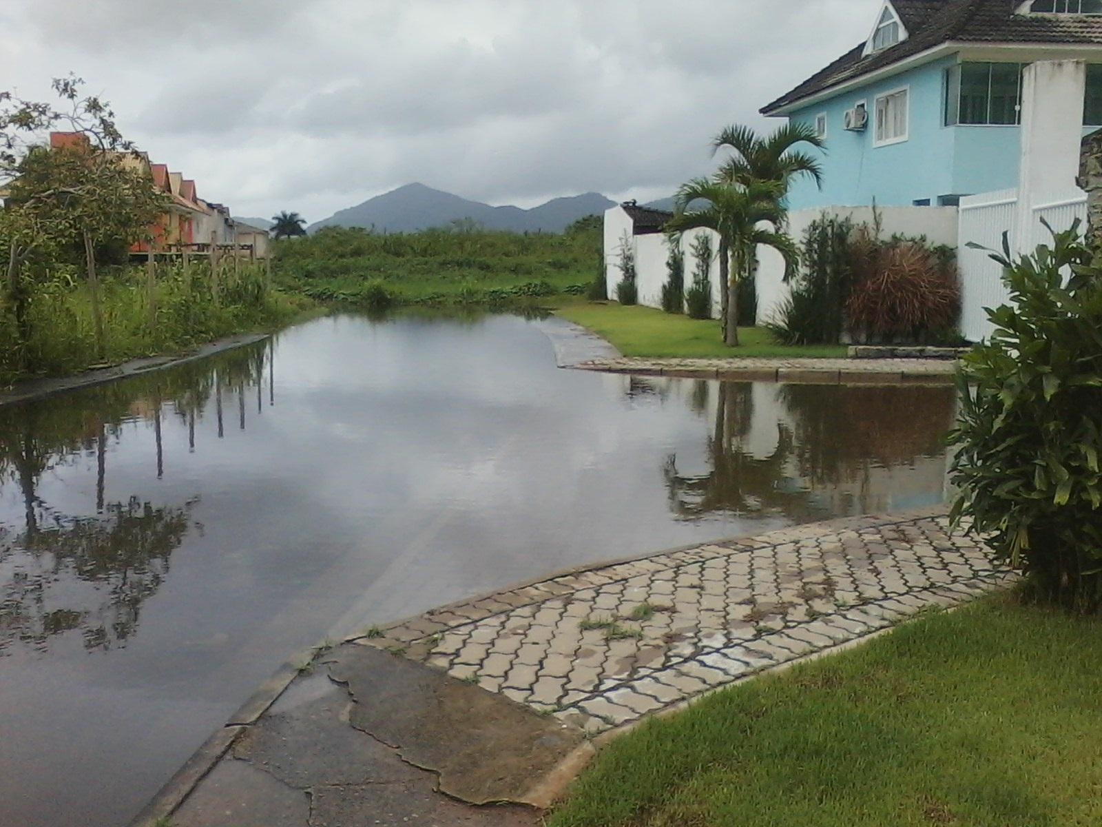 Inundação em um loteamento irregular de casas, em Vargem Pequena: região de brejo impõe dificuldades para construção civil. Foto Divulgação/Canagé Vilhena