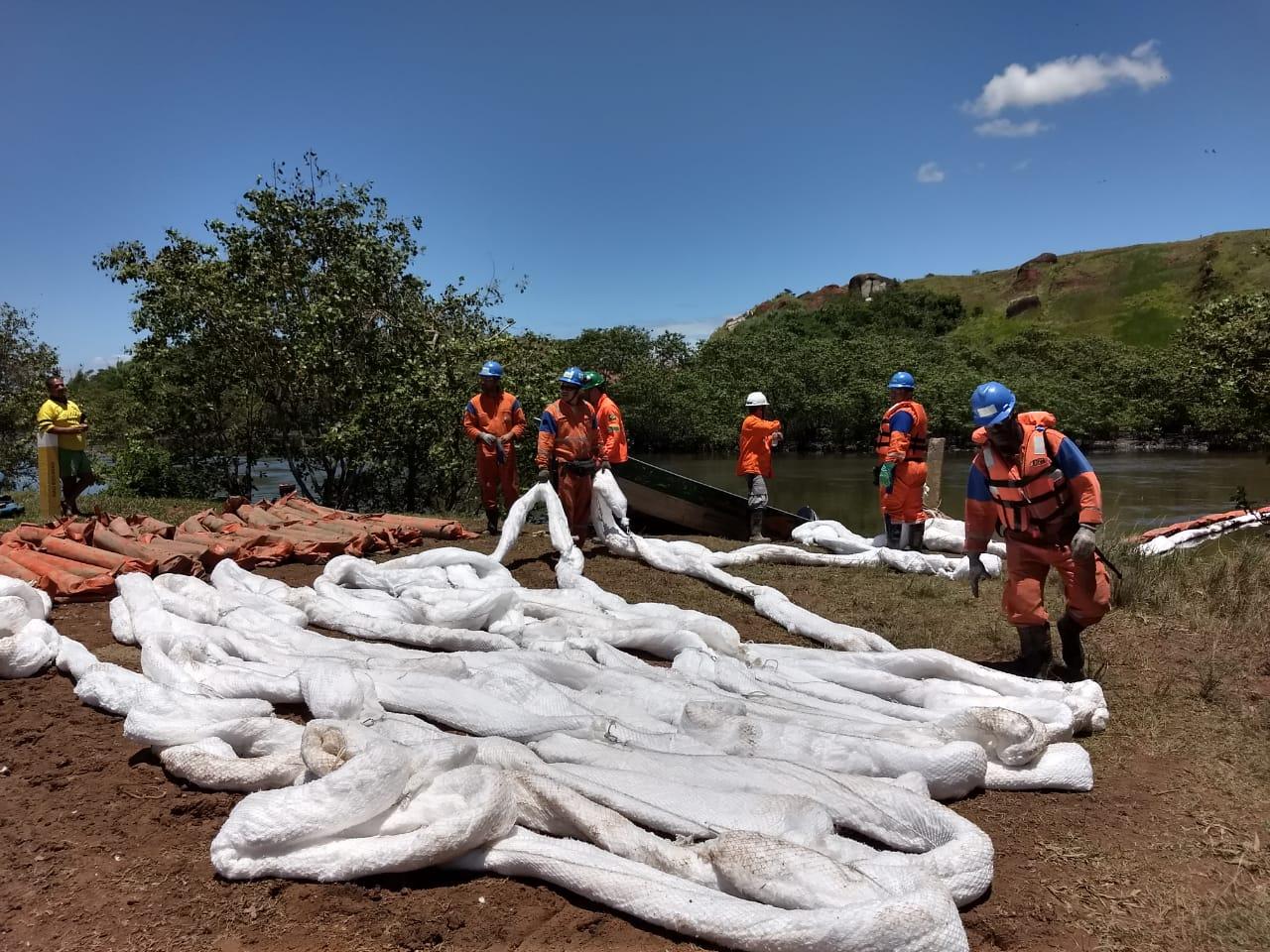 Equipe trabalhando às margens do Rio Estrela (Foto Associação Homens e Mulheres do Mar da Baía de Guanabar)