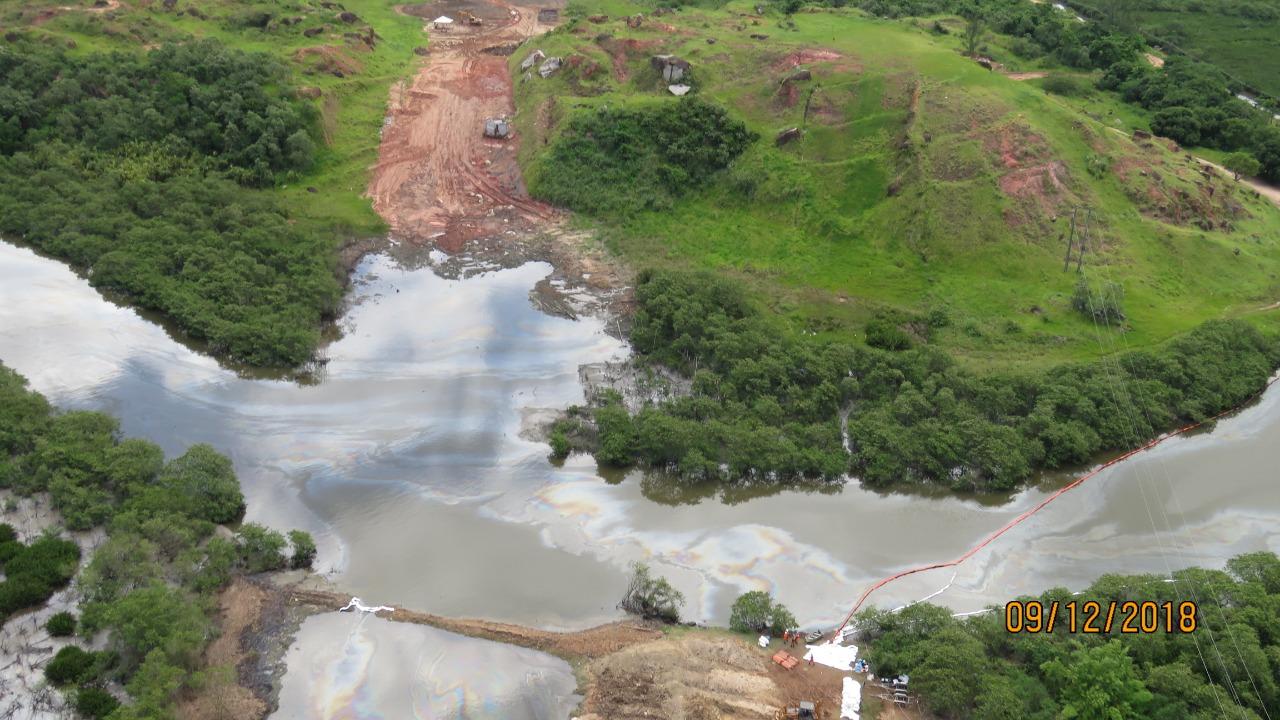 O rio Estrela tomado por óleo neste domingo - 9/12 (Foto ICMBIO)