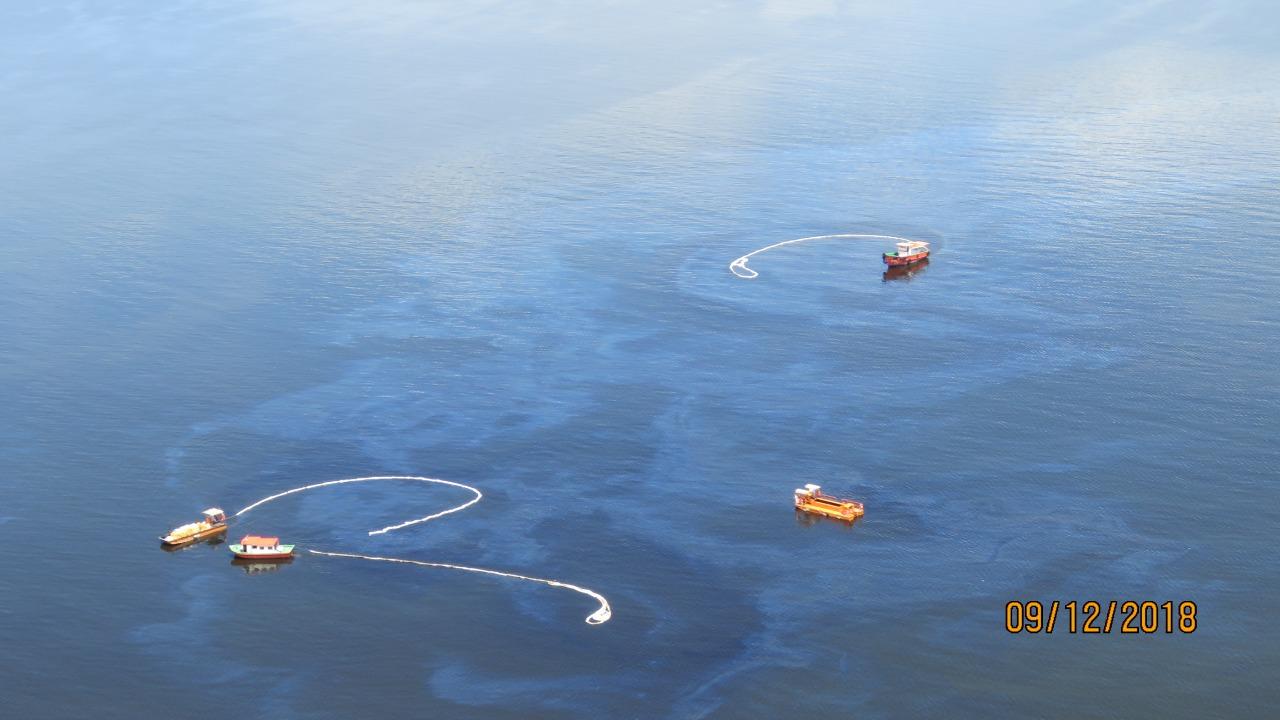 Imagem mostra o óleo derramado na baía neste domingo - 9/12 (Foto ICMBIO)