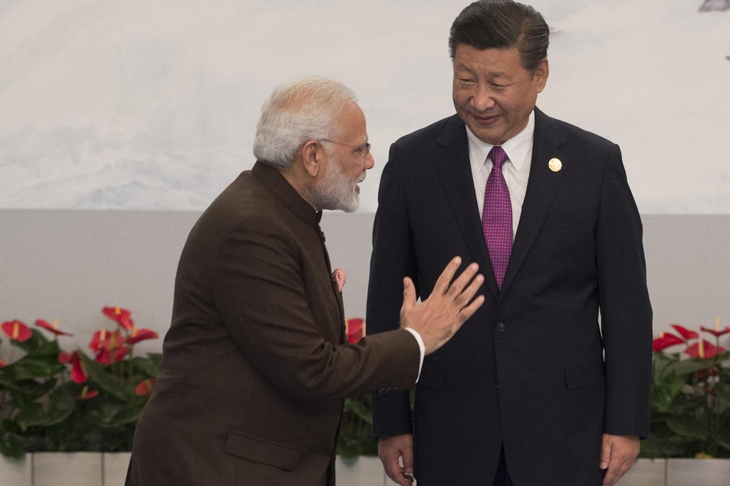 O presidente chinês, Xi Jinping, do lado direito, recebe o primeiro-ministro da Índia, Narendra Modi. Foto Fred Dufour
