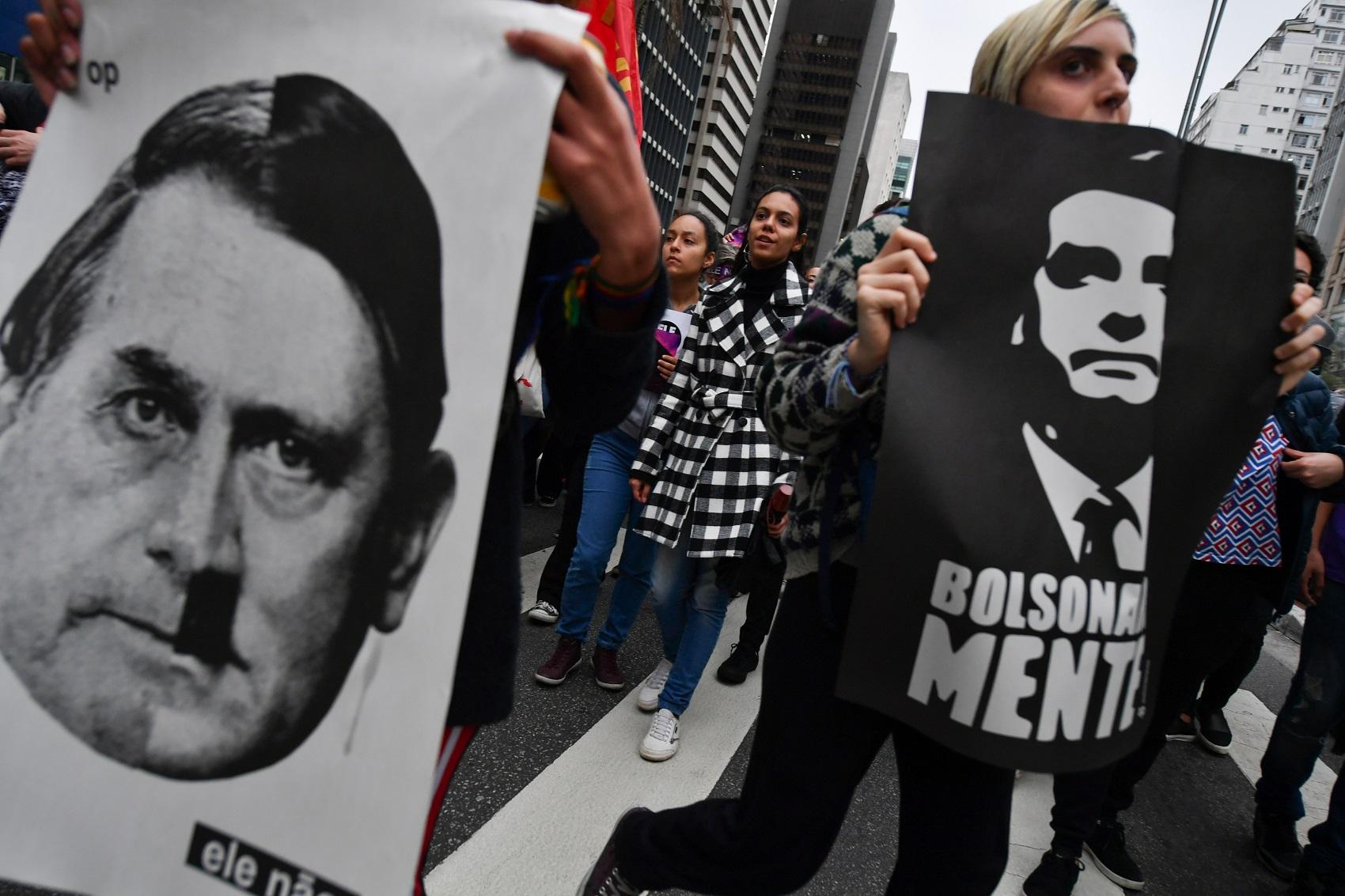 Manifestantes colocam Jair Bolsonaro como Adolf Hitler durante protesto em São Paulo no início de outubro (Foto: NELSON ALMEIDA / AFP)