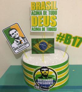 """Fernanda Barrach, da """"Mimos da Fê"""", criou um topo para bolo de aniversário com referências ao candidato Jair Bolsonaro (Foto: Divulgação)"""