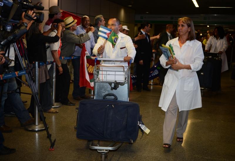 Em 2013, médicos cubanos desembarcam no Brasil (Foto: José Cruz/ABr/ Agência Brasil)