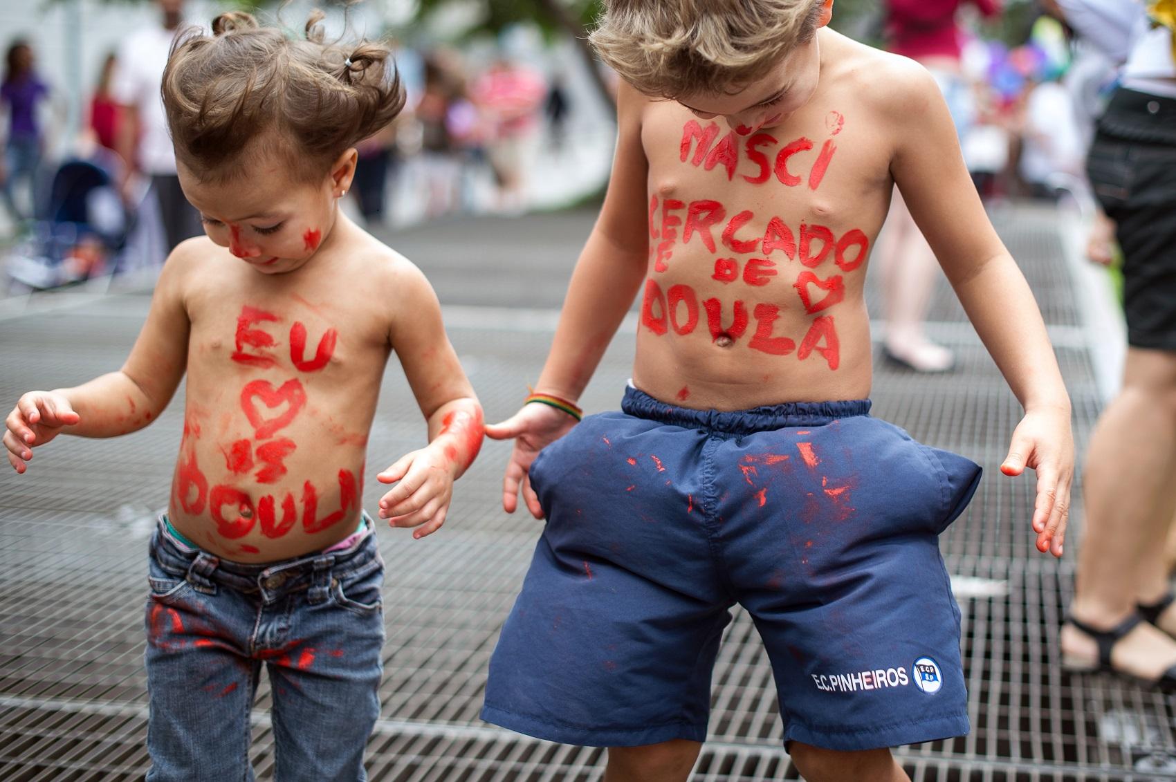 Crianças brincam durante protesto pela Humanização do Parto, na Avenida Paulista, em São Paulo (Foto: YASUYOSHI CHIBA / AFP)