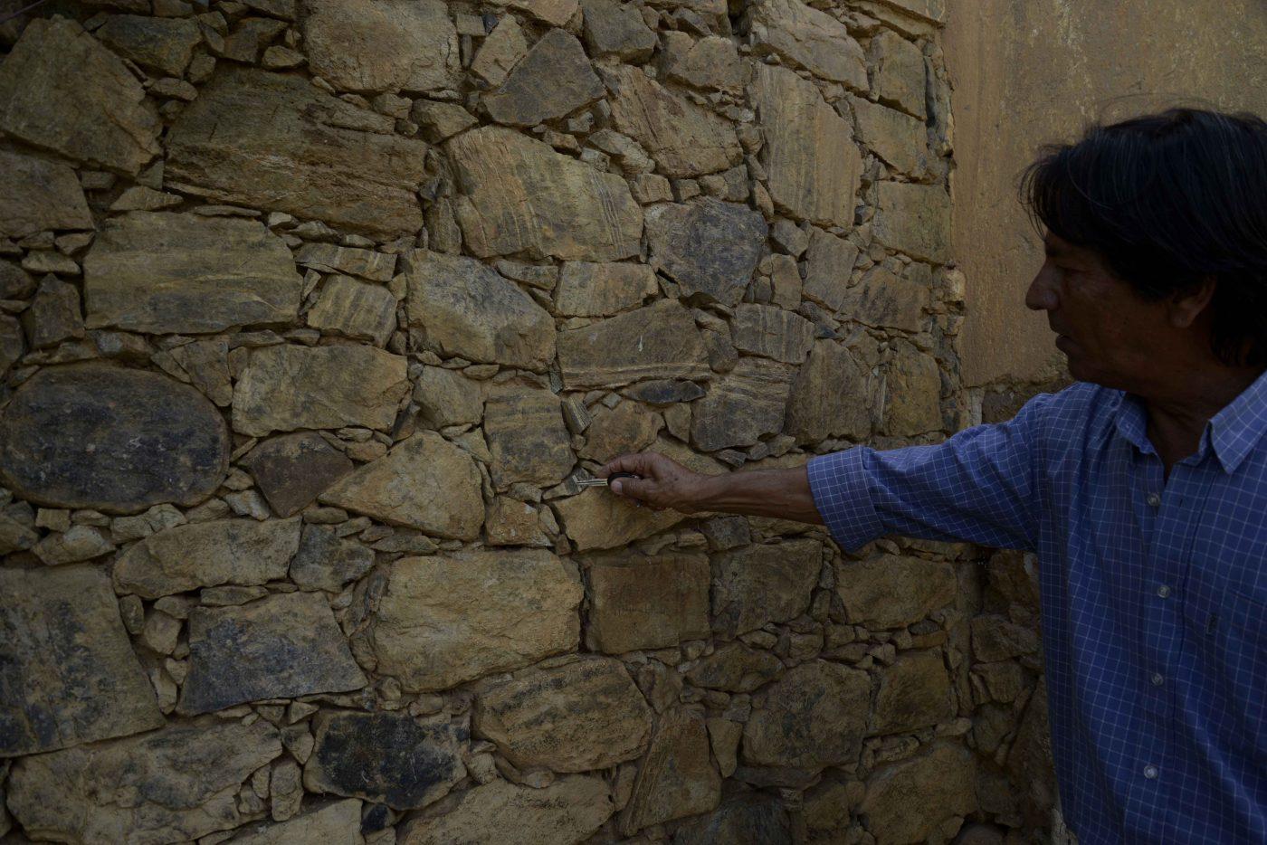 Esmeraldo Teixeira, o Nego, mostra um dos muros de Bom Jesus da Serra feito com amianto. A prática se repetiu em quase toda a cidade. Foto: Inácio Teixeira/Coperphoto
