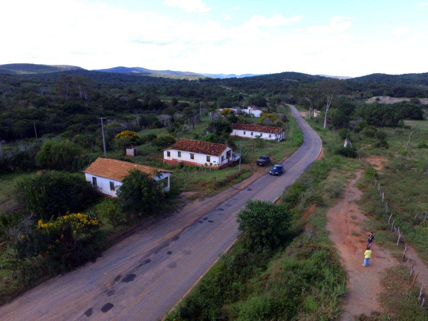 A BA 640, estrada que liga Bom Jesus da Serra a Poções, é pavimentada com rejeito de amianto (Foto: Inácio Teixeira/Coperphoto)