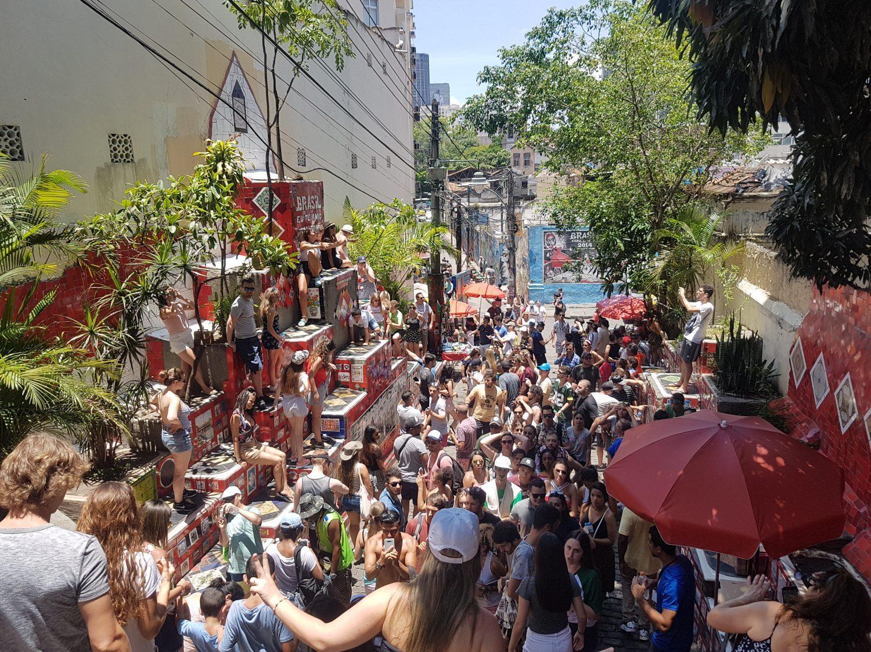 Turistas lotam a escadaria entre a Lapa e Santa Teresa (Foto Oscar Valporto)