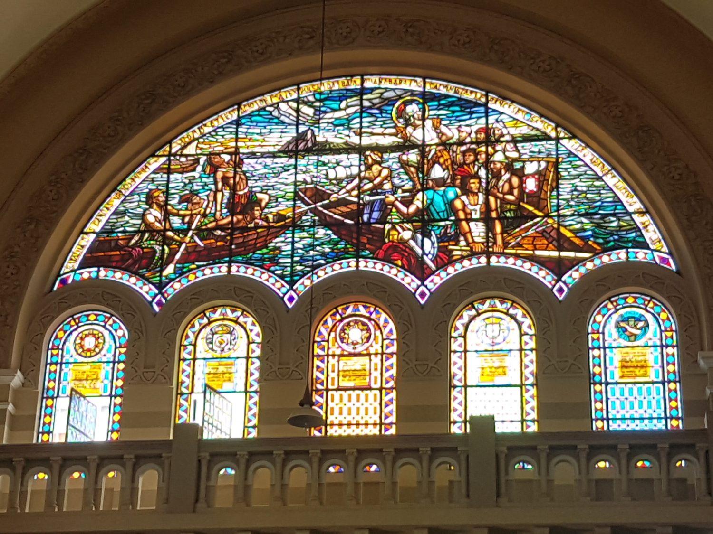 Na igreja de São Sebatião, vitral mostra a batalha que fez dos portugueses o donos da cidade (Foto Oscar Valporto)