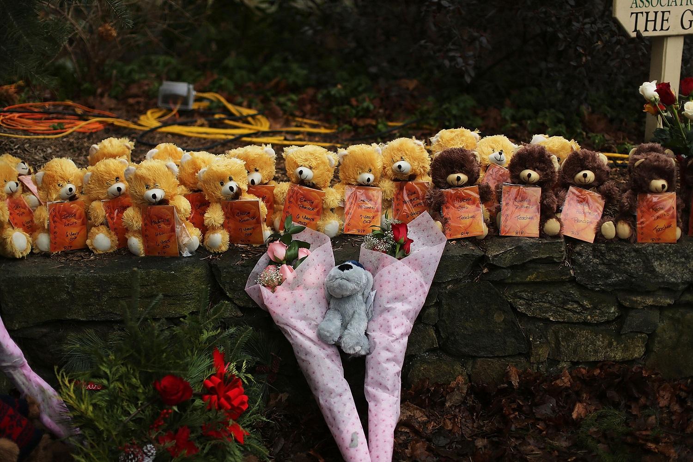 Flores e ursos de pelúcia em homenagem às 20 crianças de seis e sete anos mortas em um tiroteio numa escola pública em Newtown, Connecticut. Foto Spencer Platt/Getty Images/AFP