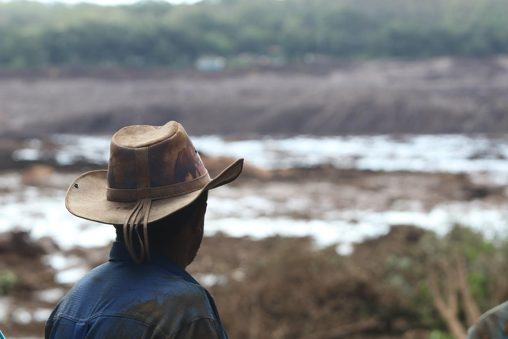 Morador observa o mar de lama na região de Brumadinho após o rompimento da barragem da Vale. Foto Doug Patrício/DPA