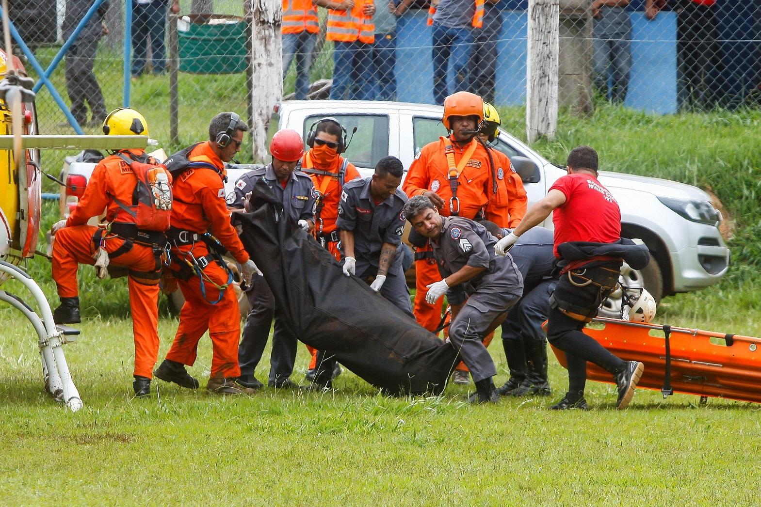 Equipes de resgate carregam os corpos das vítimas da tragédia de Brumadinho. Foto Lucas Bois/Anadolu Agency