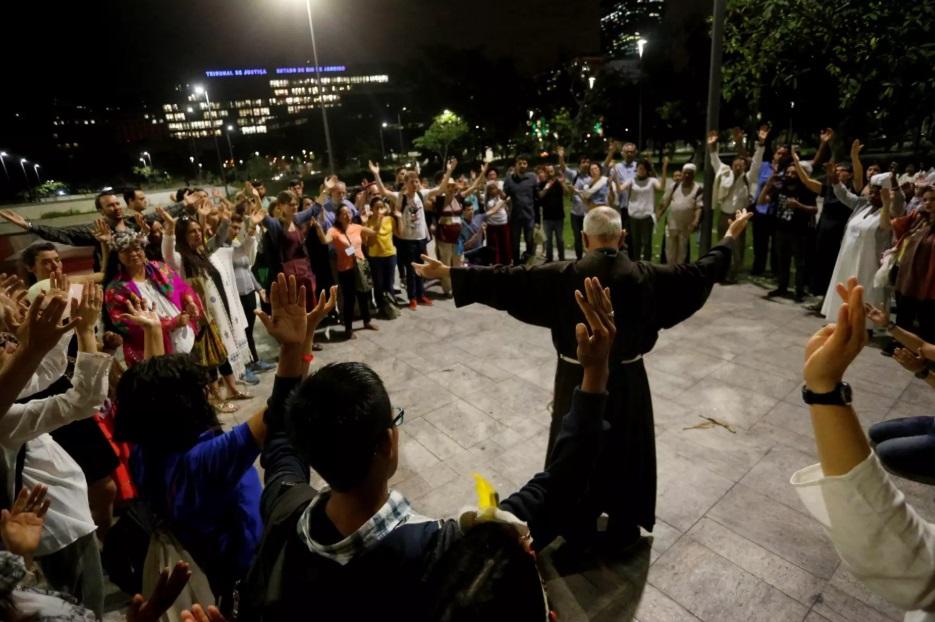Religioso faz prece durante ato pela preservação das águas, realizado no Rio de Janeiro, em 2017. Foto Divulgação/Fé no Clima
