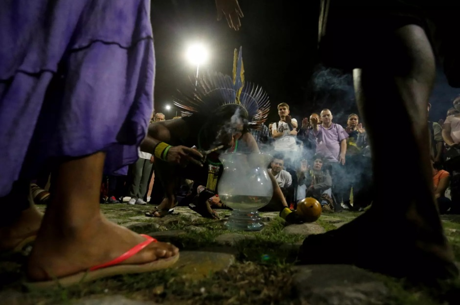 Indígena faz ritual durante evento pela preservação das águas, realizado no Rio de Janeiro, em 2017. Foto Divulgação/Fé no Clima