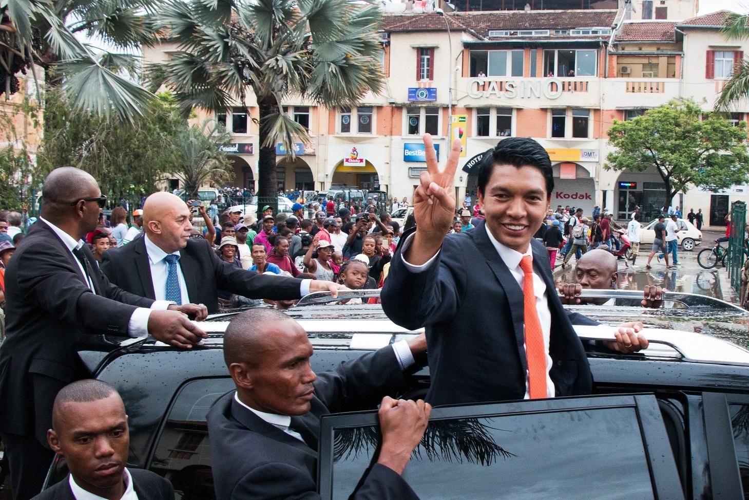 O presidente de Madagascar, Andry Rajoelina, eleito com 55% dos votos, desfila pelas ruas da capital. Foto Mamyrael/AFP