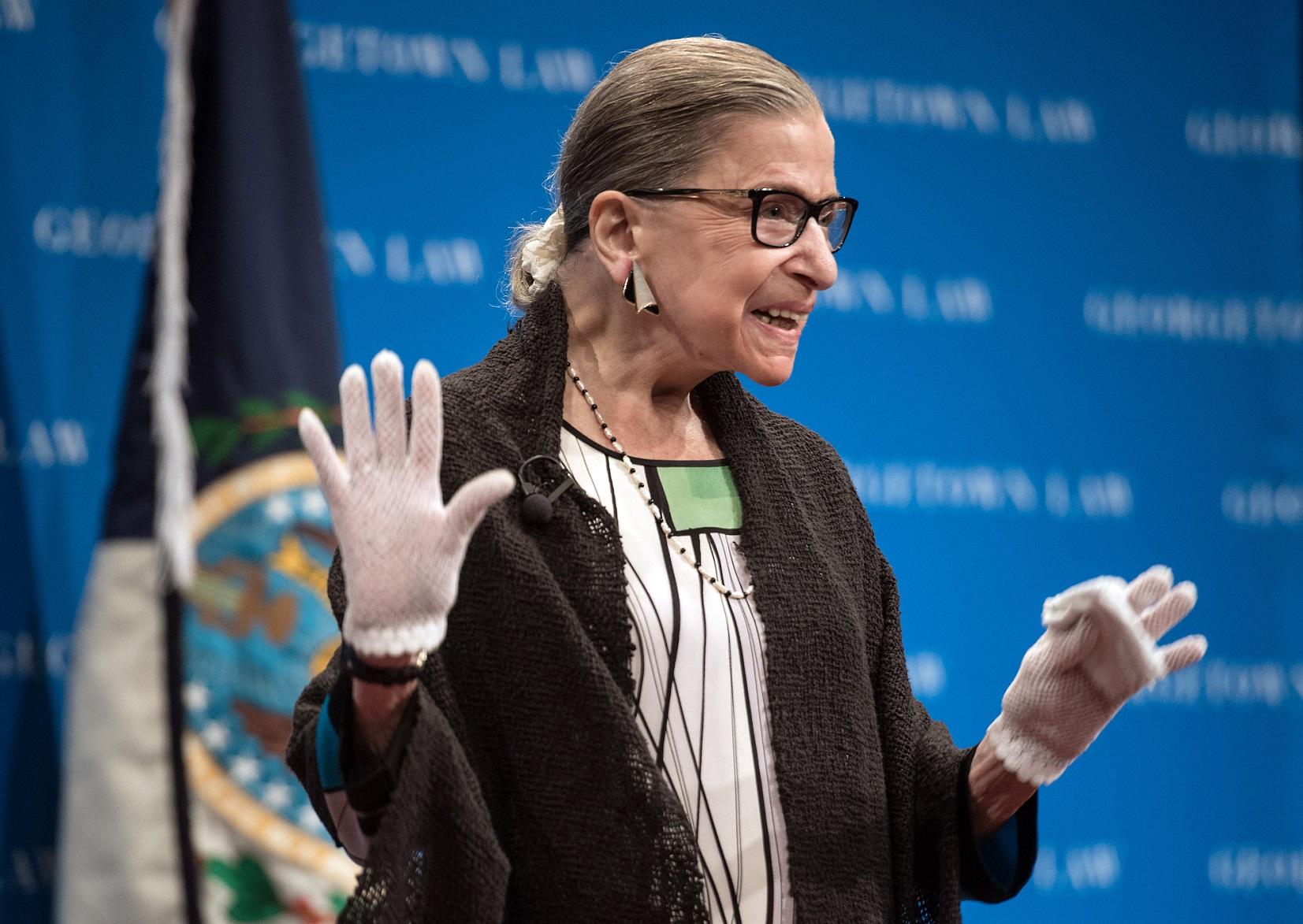 Ruth Bader Ginsburg, juíza da Suprema Corte dos EUA, é aplaudida por estudantes de direito na Universidade de Georgetown. Foto Nicholas Kamm/AFP