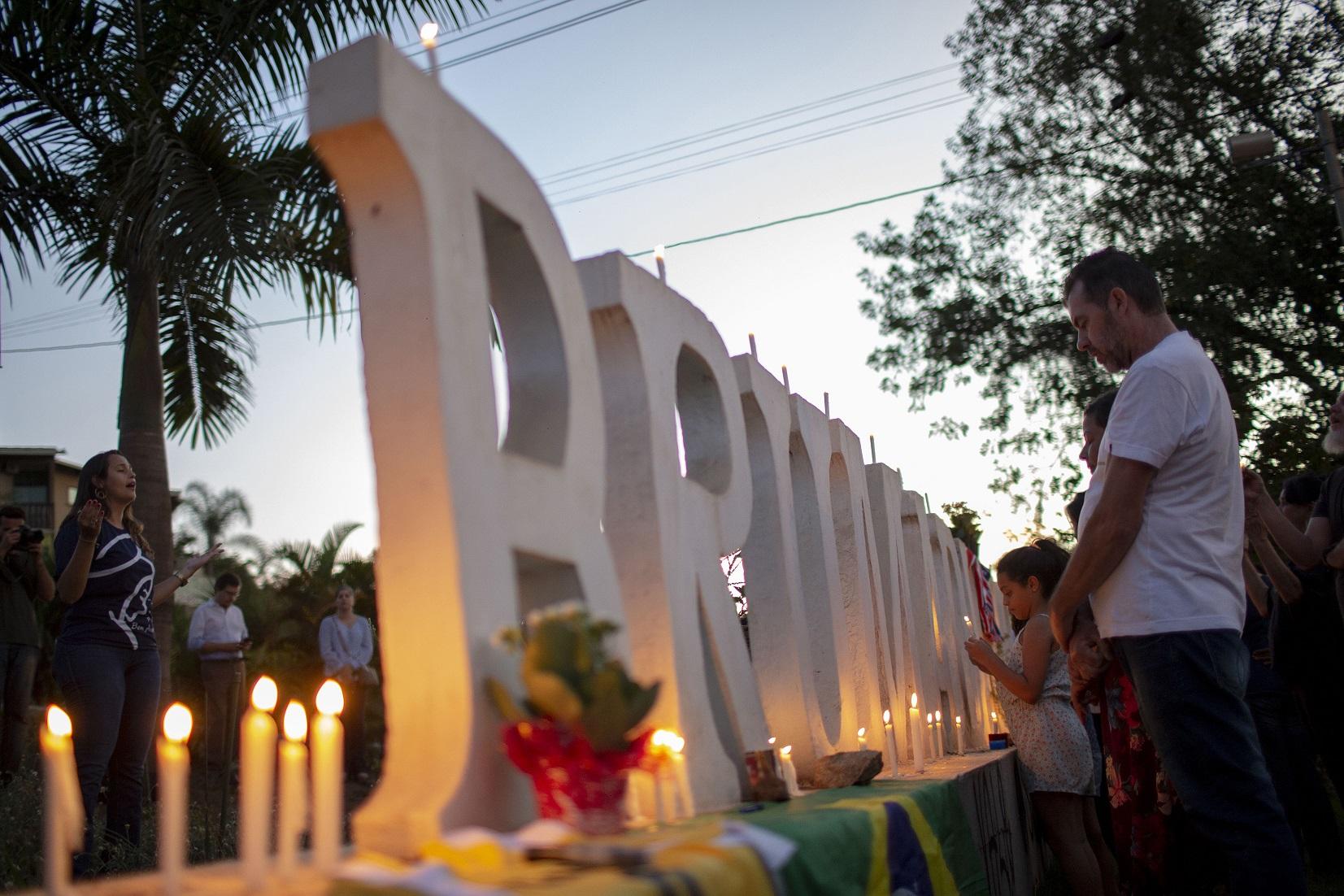 Familiares e amigos oram pelas vítimas da tragédia de Brumadinho. Foto Mauro Pimentel/AFP