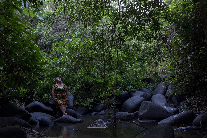 Dilva Araújo, 43 anos, em 2017, no Igarapé do Inferno onde costumava pescar quando criança e onde hoje o peixe é escasso. O igarapé fica na comunidade de Repartimento dos Pilões, no Pará. Foto Marizilda Cruppe/Greenpeace.