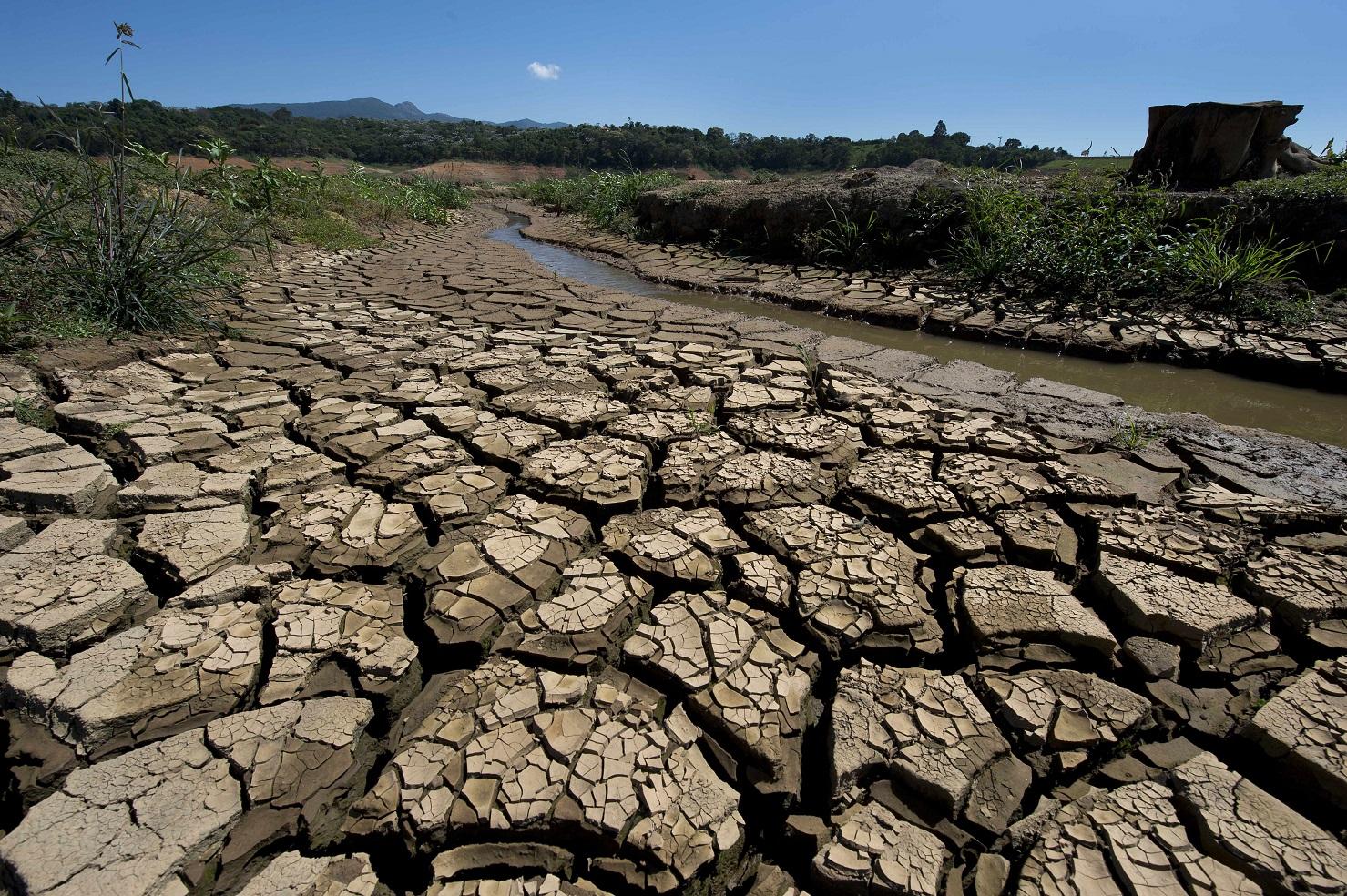Solo rachado pela seca às margens do Rio Jacareí, em São Paulo. Foto Nelson Almeida/AFP