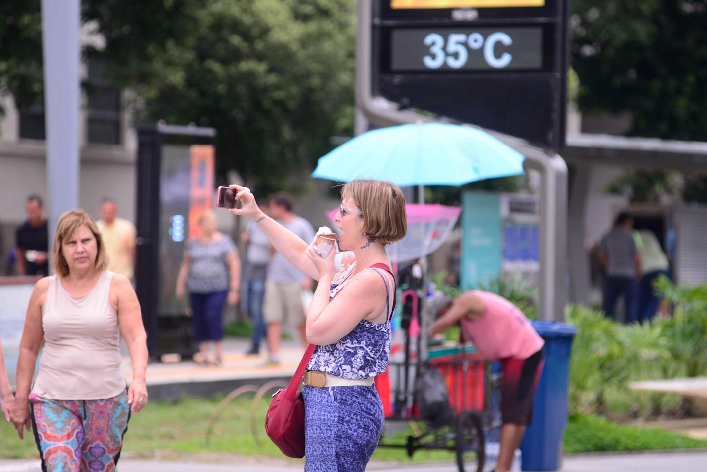 Cada vez mais recorrente, o calor de 35º na Praça Mauá, no Rio de Janeiro. Foto Erbs Jr./AGIF