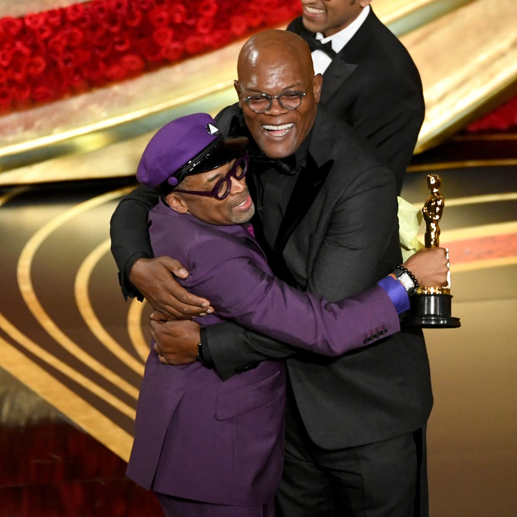 Spike Lee é abraçado por Samuel L. Jackson ao ganhar o Oscar de Melhor Roteiro Adaptado ( Kevin Winter/Getty Images/AFP)