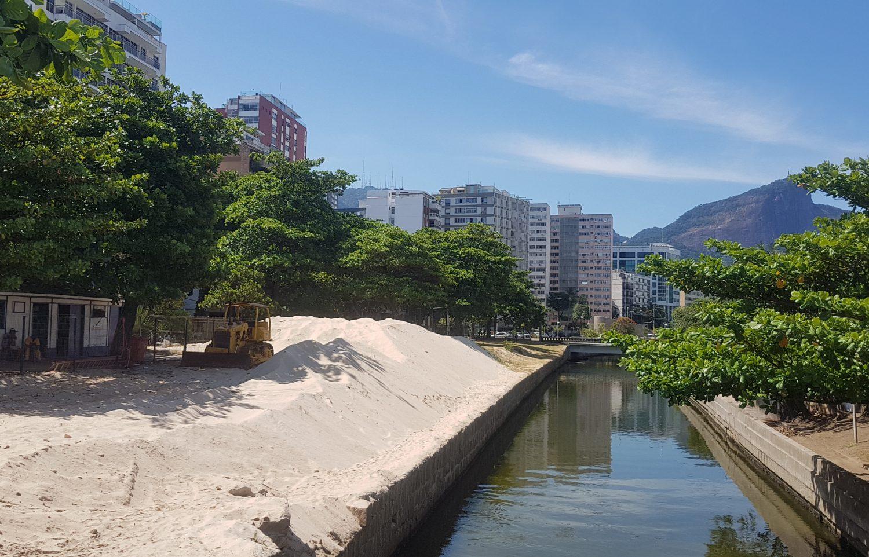 """A paisagem quase desértica, com a """"duna"""" de areia retirada do canal (Foto Oscar Valporto)"""