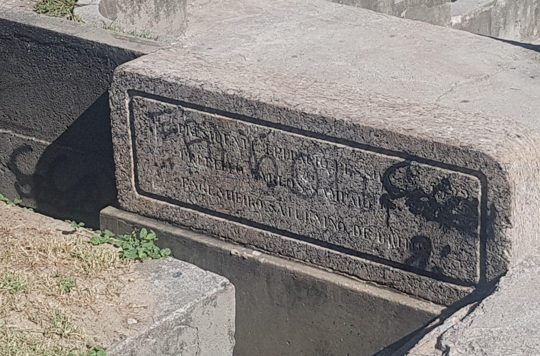 """A inscrição com o nome dos """"criadores"""" do parque está pichada (Foto Oscar Valporto)"""