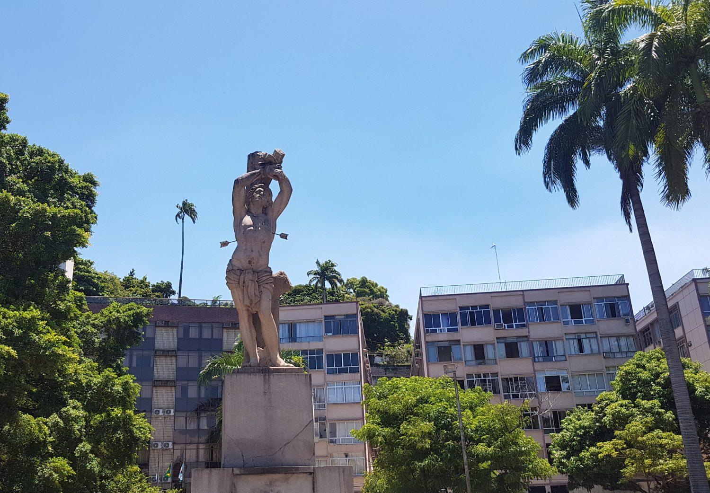 Estátua do padroeiro da cidade onde ficava a Praia do Russel (Foto Oscar Valporto)