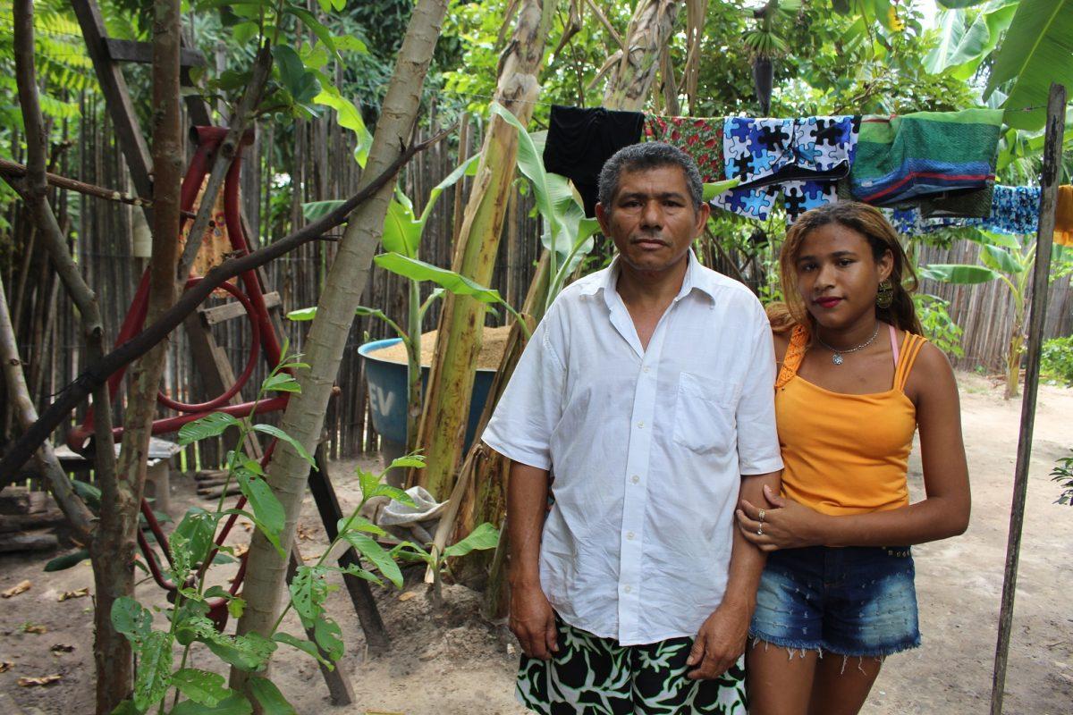 Raimundo com uma das filhas, Jéssica: ela ganhou o celular de um ex-namorado, mas não tem dinheiro para inserir créditos. Foto: Yuri Fernandes