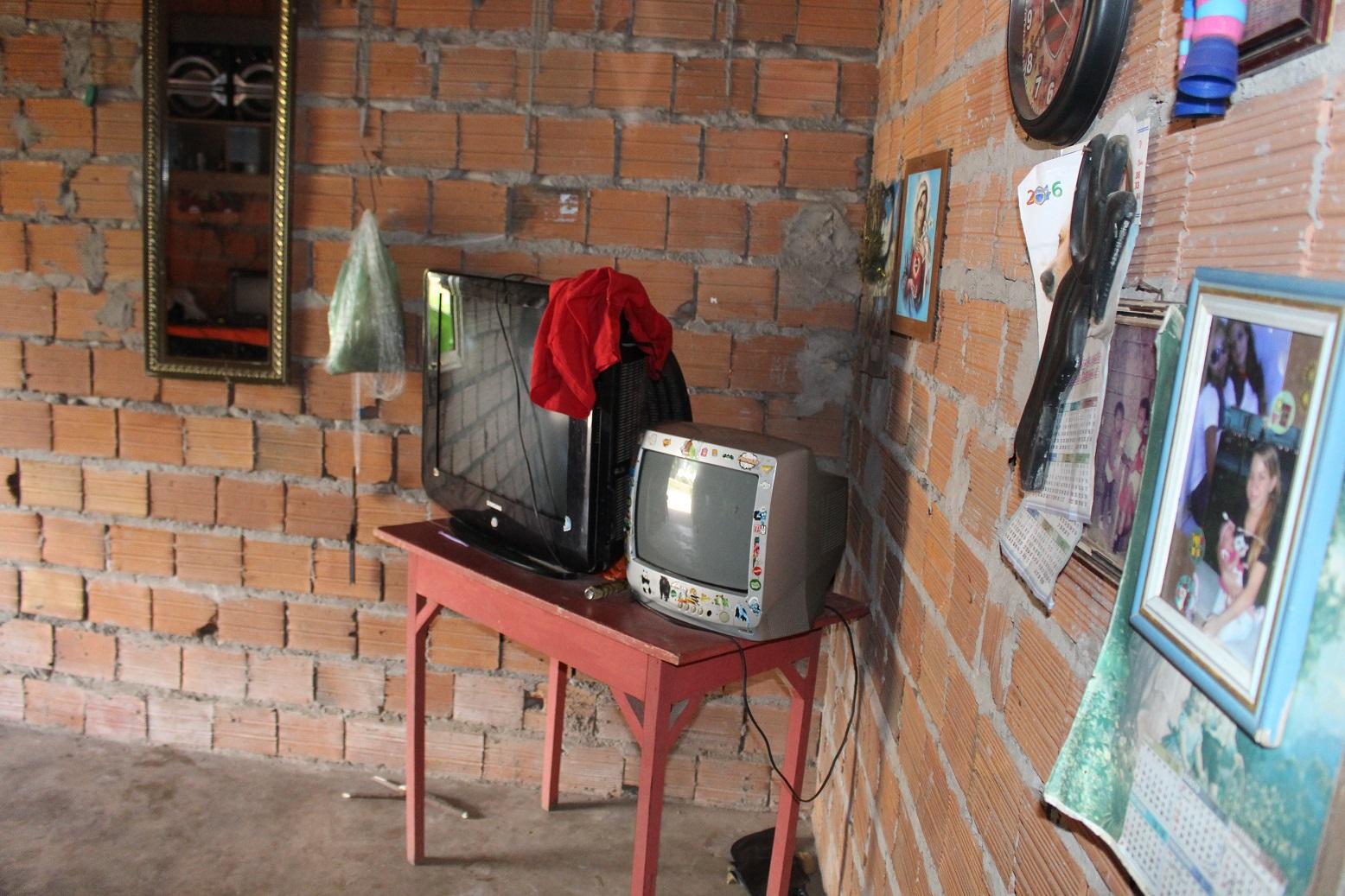 As duas TVs na casa dos Souza: apenas a menor funciona. Foto Yuri Fernandes