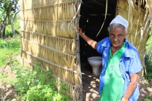 A dona Júlia Marques, de 89 anos, mora às margens da BR-135, no Maranhão, e está no contingente dos sem direito ao saneamento básico: não têm esgoto, água encanada e sua casa, construída de pau a pique, não é contemplada por coleta de lixo. Foto Yuri Fernandes