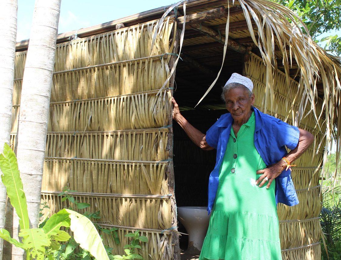 Moradora do interior do Maranhão, Dona Júlia Marques não tem os três serviços de saneamento básico, assim como 58,8% dos nordestinos. Foto Yuri Fernandes